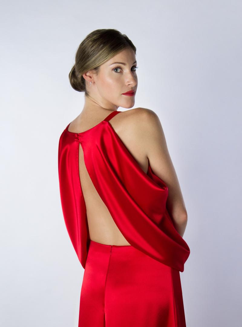 Sugerente escote en la espalda de Ariel; un diseño de Alta Costura de la colección de Vestidos de Fiesta de CRISTINA SAURA.