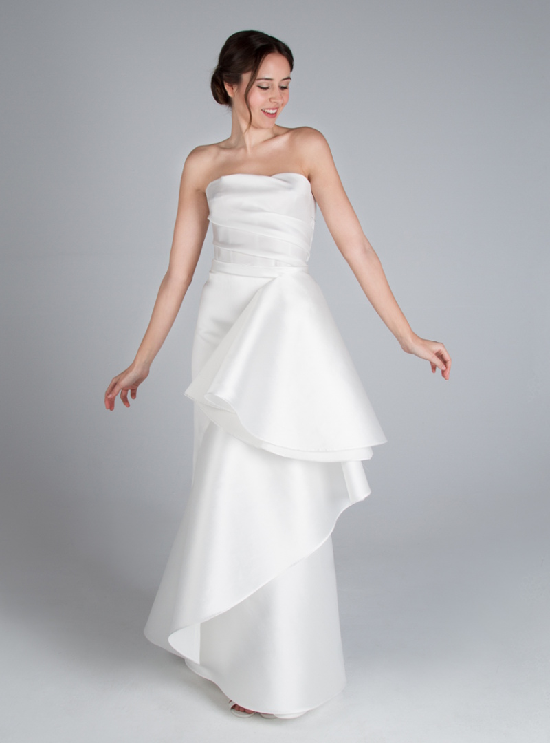 Leonor is a column line design by CRISTINA SAURA. It consists of a draped on the body and skirt bias with fantasy.