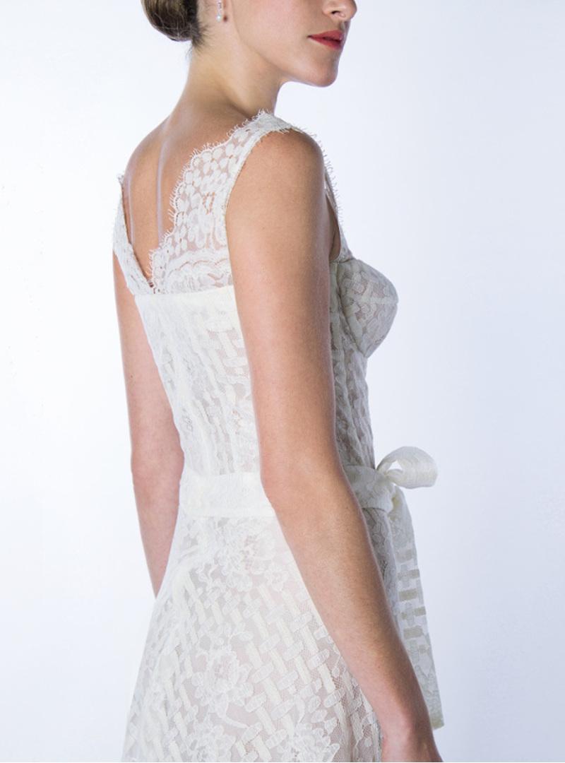 Perfil del vestits núvia curts disseny GALA de CRISTINA SAURA que permet obervar amb detall la perfecció i la professionalitat en el tall dels patrons de la signatura.