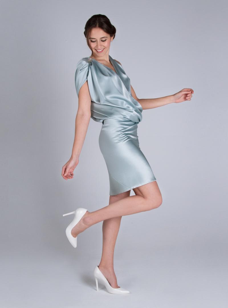 Original vestit de festa curt, de la col·lecció de festa CRISTINA SAURA. Visita la nostra botiga a Barcelona.