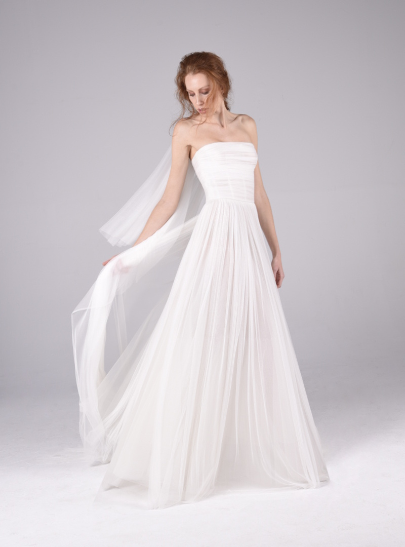 Design bride CRISTINA SAURA. It is made with silk tulle pleated by hand that drapes the corsetera structure of the suit.