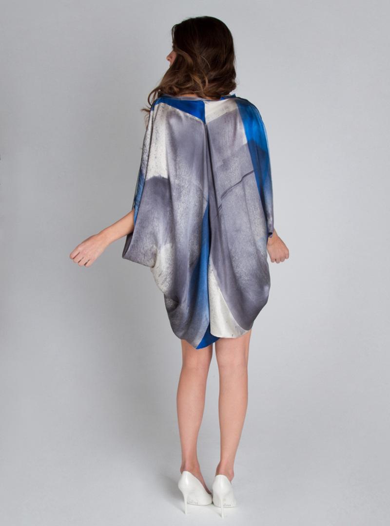 Taif es una pieza de la colección de vestidos de fiesta de CRISTINA SAURA elaborada con saten de seda, que puede ser enendida como un minivestido o como blusón.
